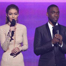 Gigi Hadid y Jay Pharoah en la gala de los American Music Awards 2016