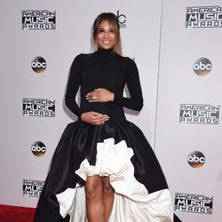 Ciara posando embarazada en los American Music Awards 2016