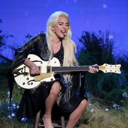 Lady Gaga actuando en los American Music Awards 2016