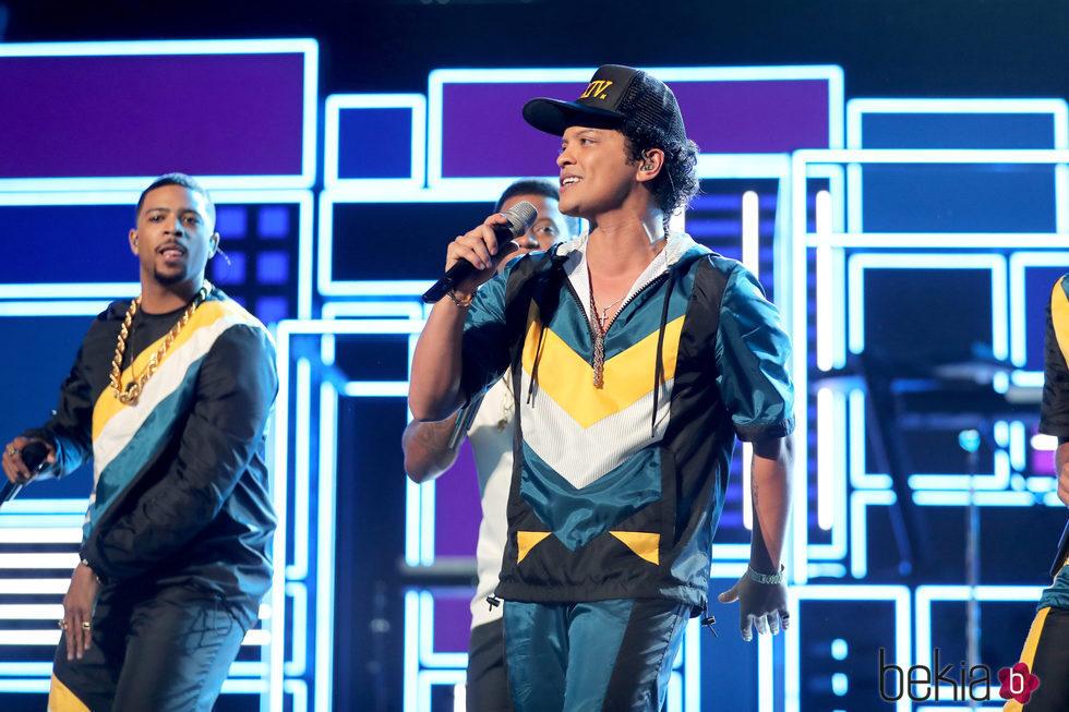 Bruno Mars actuando en los American Music Awards 2016