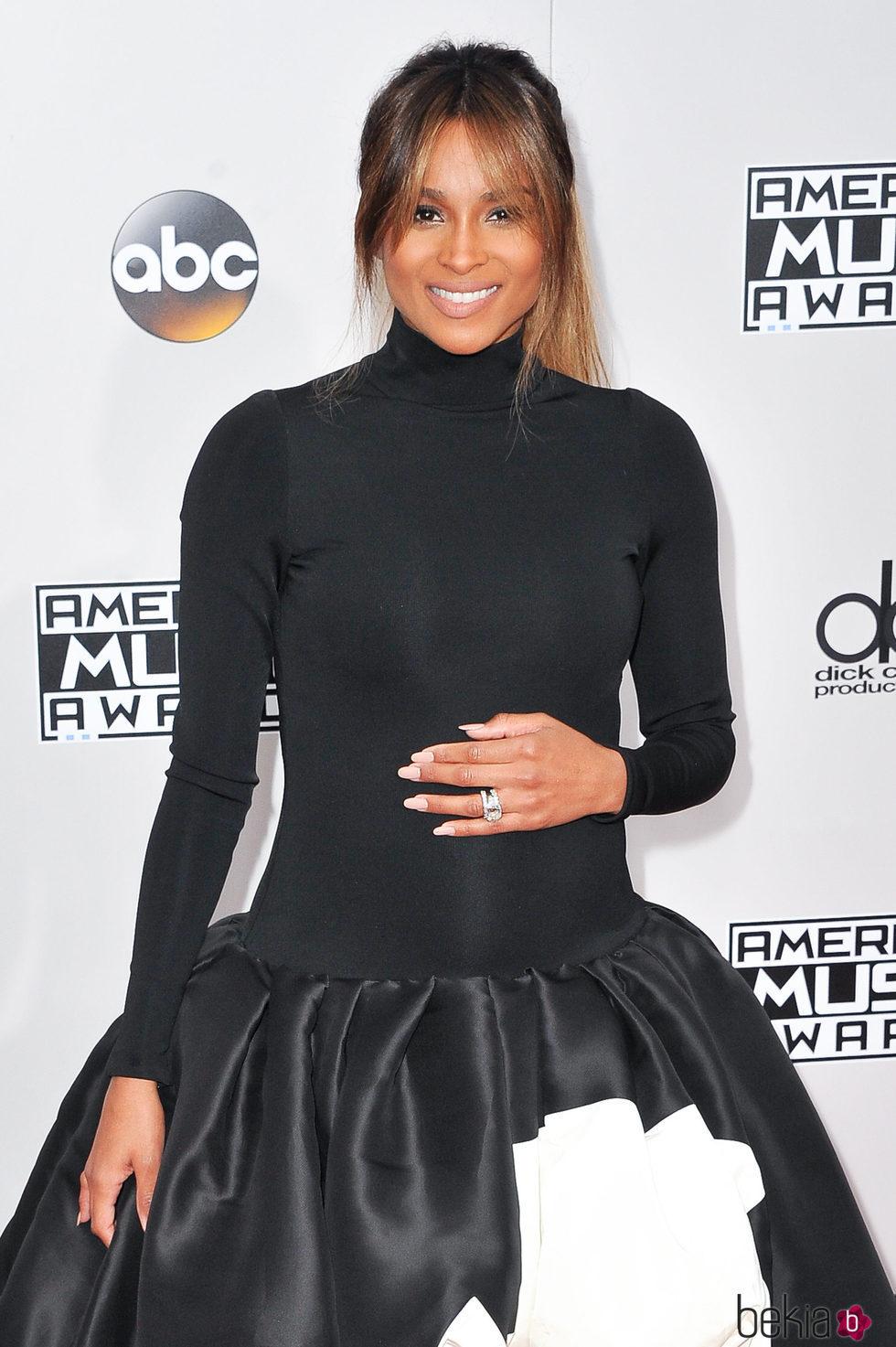 Ciara luciendo barriguita en los American Music Awards 2016