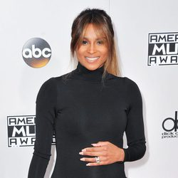 Ciara luciendo barriguita en los American Music Awards 2016