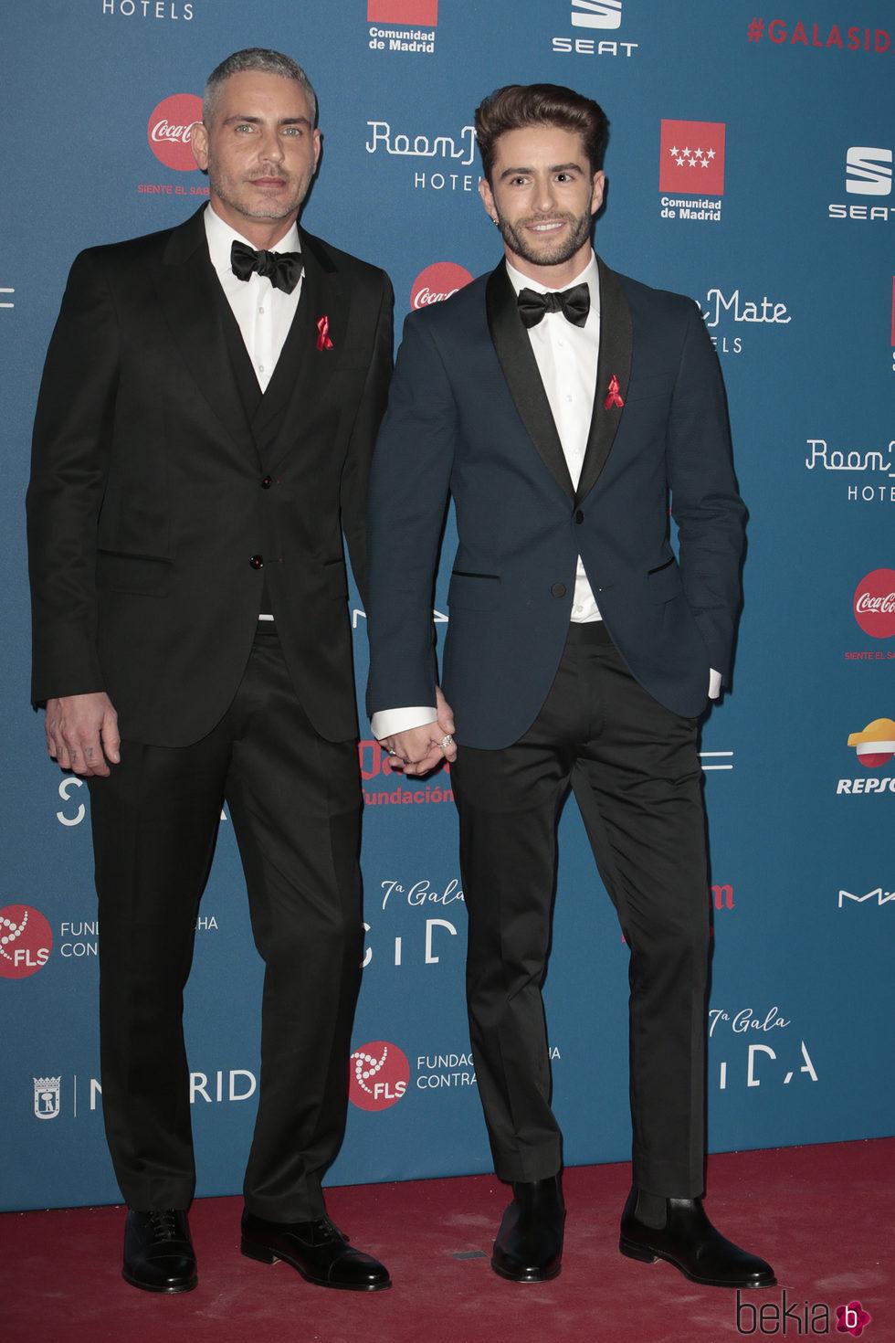 Pelayo Díaz y Sebastián Ferraro, cogidos de la mano en la Gala Sida 2016