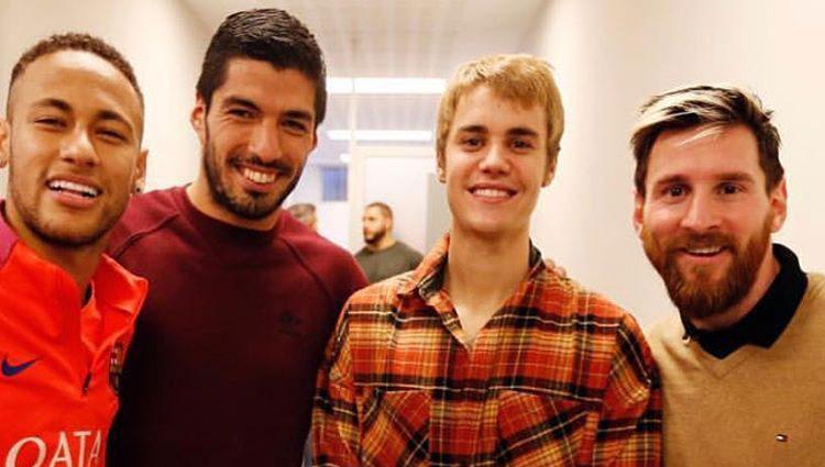 Neymar, Luis Suárez y Messi acompañados de Justin Bieber