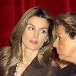 La Reina Letizia hablando con Rita Barberá