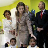 La Reina Letizia acaricia a una niña en presencia de Rita Barberá