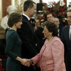 La Reina Letizia saluda a Rita Barberá en la Apertura de la XII Legislatura