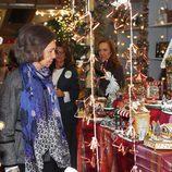 La Reina Sofía viendo belenes en el Rastrillo 2016