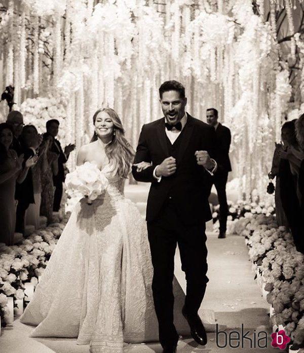 Sofia Vergara y Joe Manganiello saliendo de su ceremonia de boda