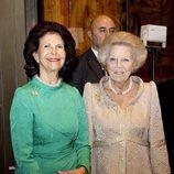 Silvia de Suecia y Beatriz de Holanda en la inauguración de una exposición de Rembrandt en los Museos Vaticanos