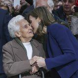 La Reina Letizia, muy cariñosa con una anciana en el Mercado Central de Valencia