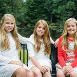 Amalia, Alexia y Ariane de Holanda en un parque