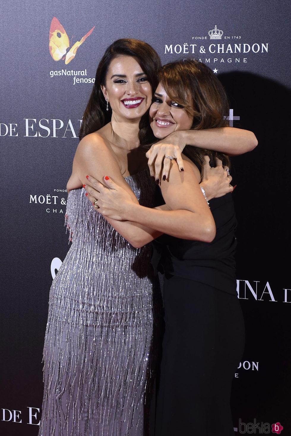Penélope y Mónica Cruz en la premiere de 'La Reina de España' en Madrid