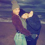 Taylor Swift celebra Acción de Gracias en la playa con unos amigos