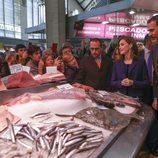 Los Reyes Felipe y Letizia en un puesto de pescado en el Mercado Central de Valencia