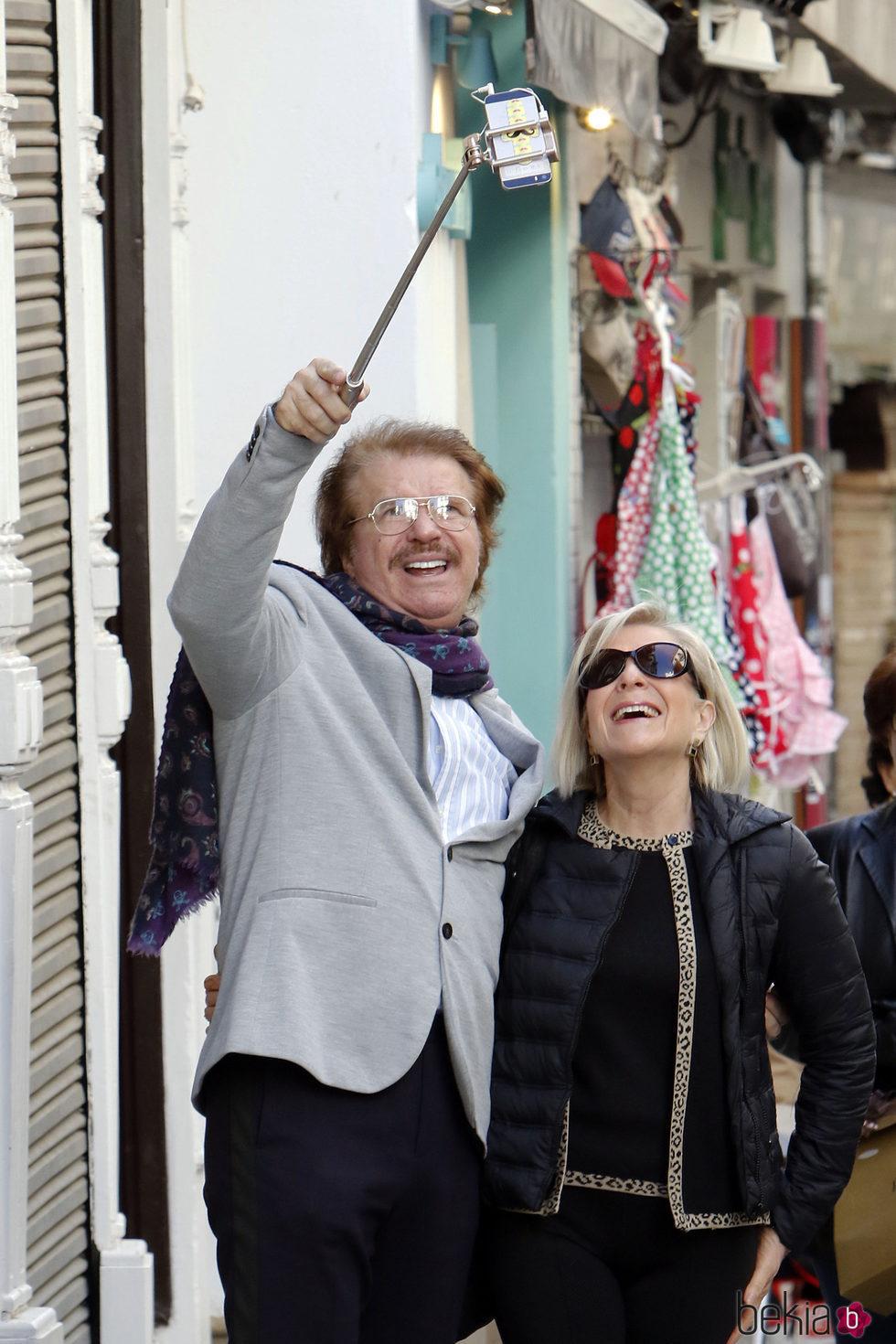 Edmundo Arrocet y su hermana paseando por Sevilla