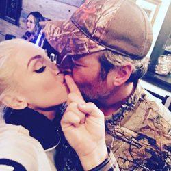 Gwen Stefani y Blake Shelton se dan un tierno beso