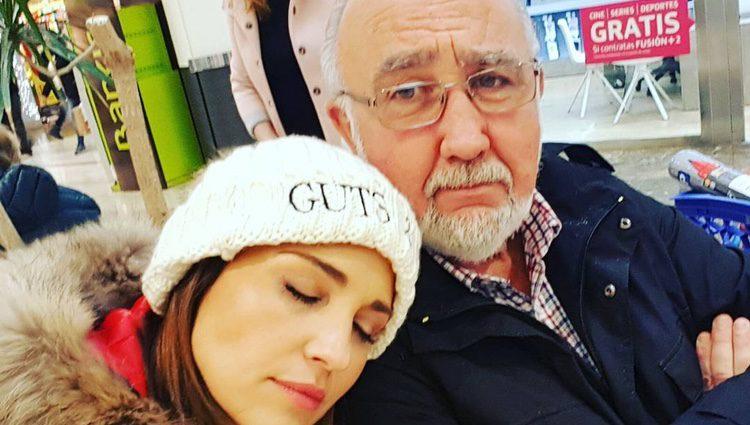 Paula Echevarría y su padre, agotados tras las compras del Black Friday