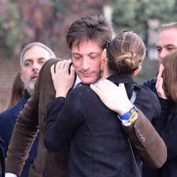 Luis Medina abrazando a Alejandra de Rojas en el funeral de la condesa de Montarco