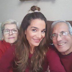 Raquel Bollo haciéndose un selfie con sus padres