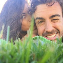 Fernando Alonso y Linda Morselli descansando en el césped