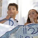 Rocío y David Flores Carrasco viendo la procesión de la Virgen de Regla 2016