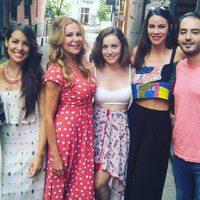 Ana Obregón posa con varios actores de 'Ana y los 7'