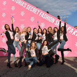 Alessandra Ambrosio y Adriana Lima entre los ángeles de Victoria's Secret a su llegada a París