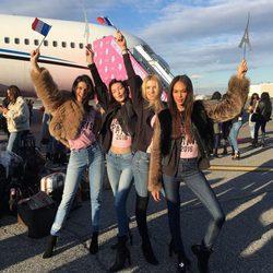 Kendall Jenner y Bella Hadid junto a otros ángeles de Victoria's Secret a su llegada a París para el desfile