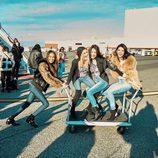 Kendall Jenner y Bella Hadid junto a otros ángeles de Victoria's Secret divertidas sobre un carro a su llegada a París