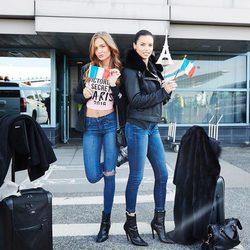 Adriana Lima y Josephine Skriver a su llegada al aeropuerto de París para el desfile de Victoria's Secret