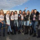 Adriana Lima y Alessandra Ambrosio junto a otros ángeles de Victoria's Secret a su llegada a París para el desfile