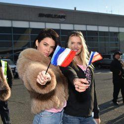 Kendall Jenner y Lily Donaldson a su llegada a París para el desfile de Victoria's Secret