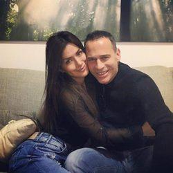 Miriam Saavedra y Carlos Lozano, abrazados muy cariñosos