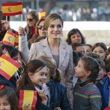 La Reina Letizia entre niños y banderas de España a su llegada a Oporto para su Visita de Estado a Portugal