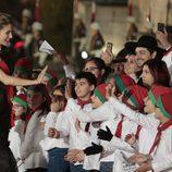 La Reina Letizia saluda a unos niños en una cena de gala en el Palacio de los Duques de Braganza en Guimaraes