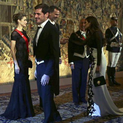 Iker Casillas y Sara Carbonero saludan a los Reyes Felipe y Letizia en una cena de gala en Portugal