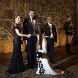 Sara Carbonero saluda a los Reyes Felipe y Letizia en una cena de gala en Guimaraes