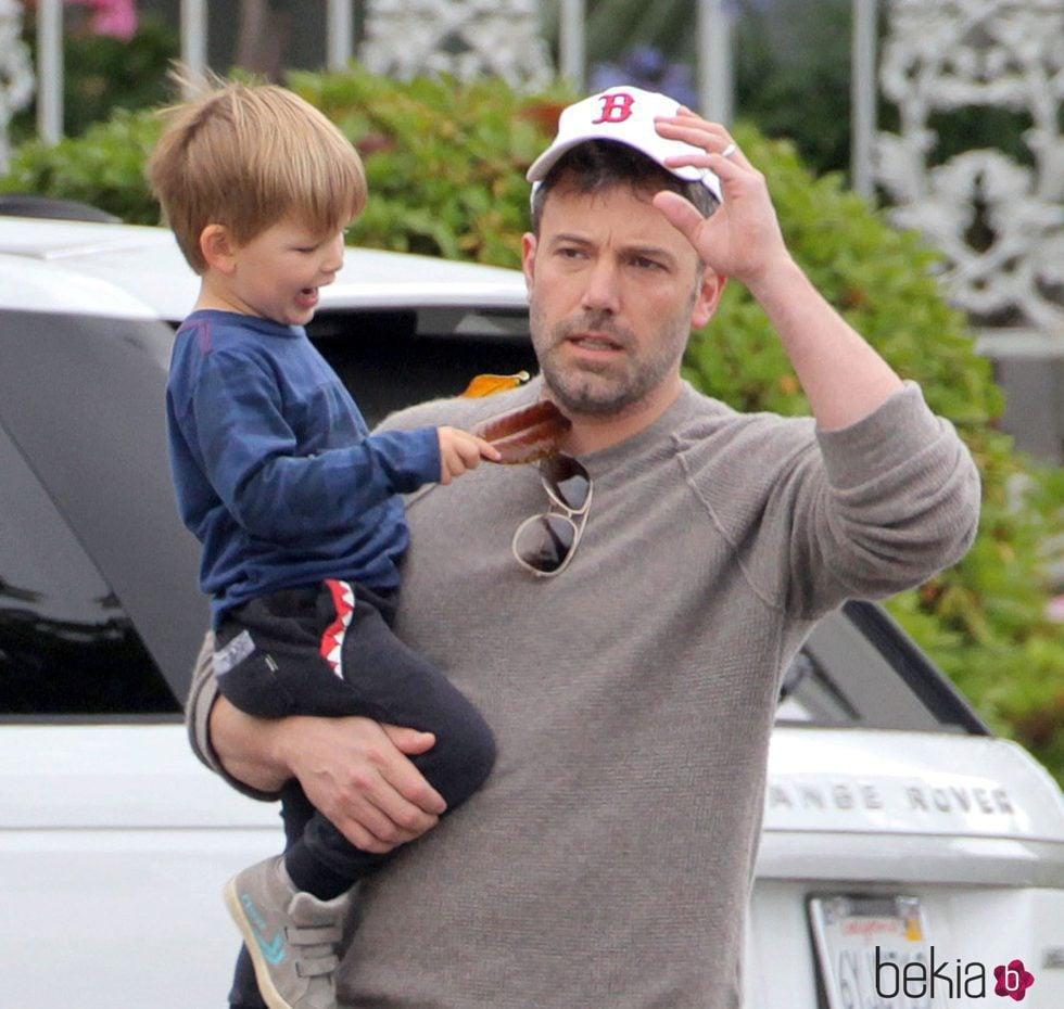 Ben Affleck dando un paseo junto a su hijo Samuel en California