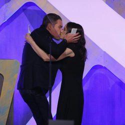 Winona Ryder y Ethan Hawke se besan durante los Premios Gotham 2016
