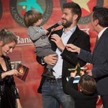 Sasha Piqué juega con un micrófono junto a Gerard Piqué en la gala del Mejor Jugador Catalán