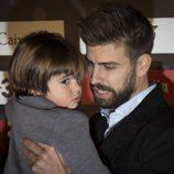 Gerard Piqué con su hijo Milan en la gala del Mejor Jugador Catalán