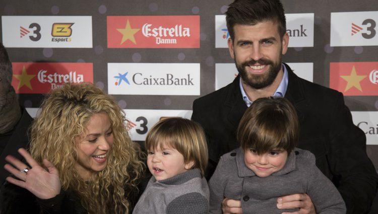 Gerard Piqué y Shakira con su hijos Milan y Sasha en la gala del Mejor Jugador Catalán
