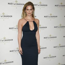 Bar Refaeli posando en un evento de Moët & Chandon