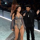 Bella Hadid y The Weekend en el Victoria's Secret Fashion Show 2016