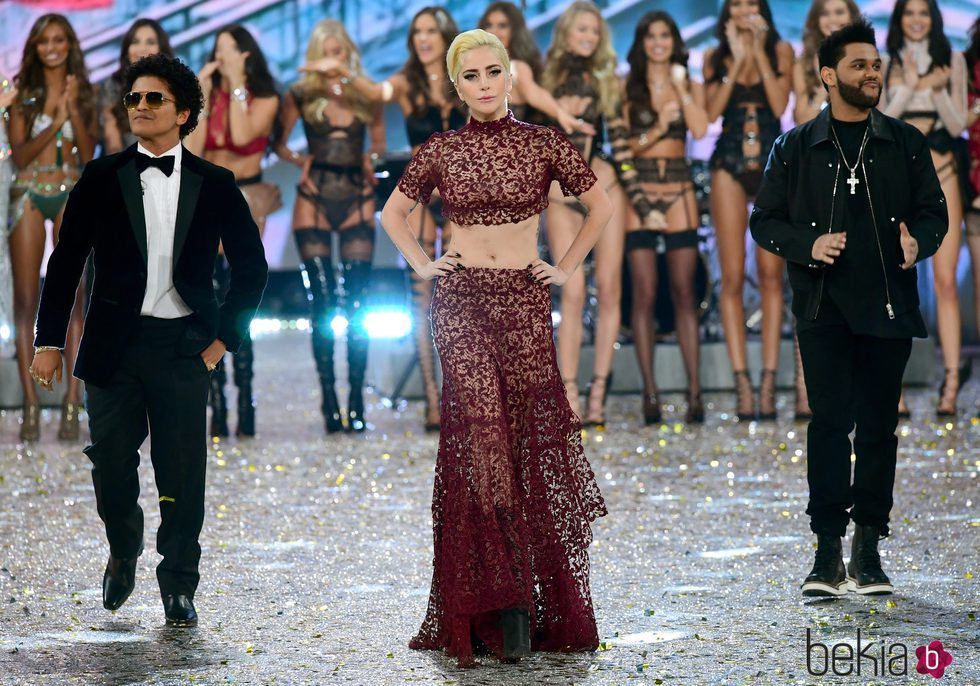 Lady Gaga, The Weekend y Bruno Mars en la pasarela del Victoria's Secret Fashion Show 2016