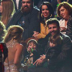 Gerard Piqué y sus hijos Milan y Sasha, felices al ver a Shakira en Los40 Music Awards 2016