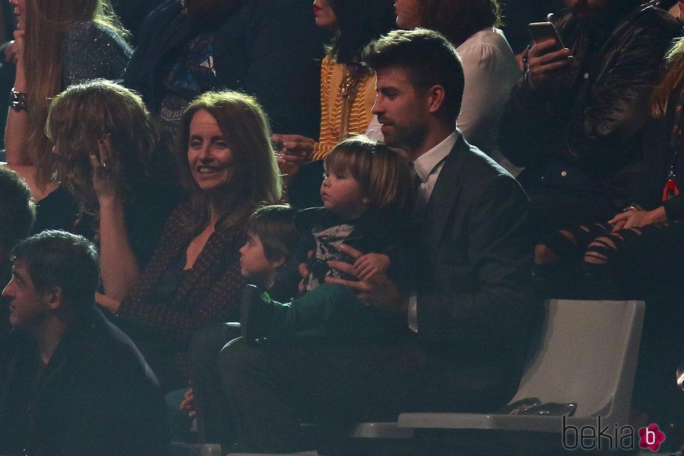 Gerard Piqué con sus hijos y su madre en Los40 Music Awards 2016