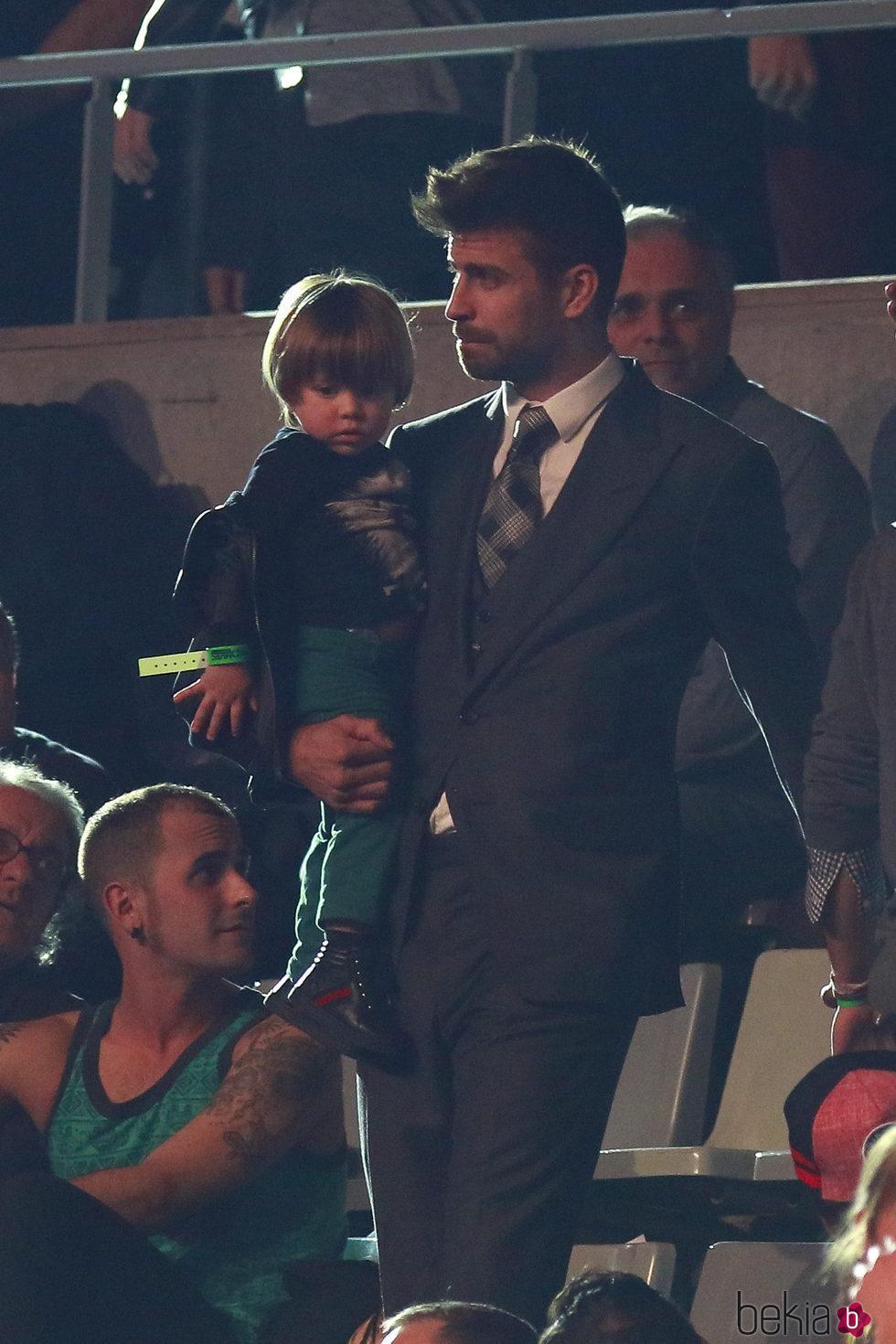 Gerard Piqué y su hijo Sasha en Los40 Music Awards 2016