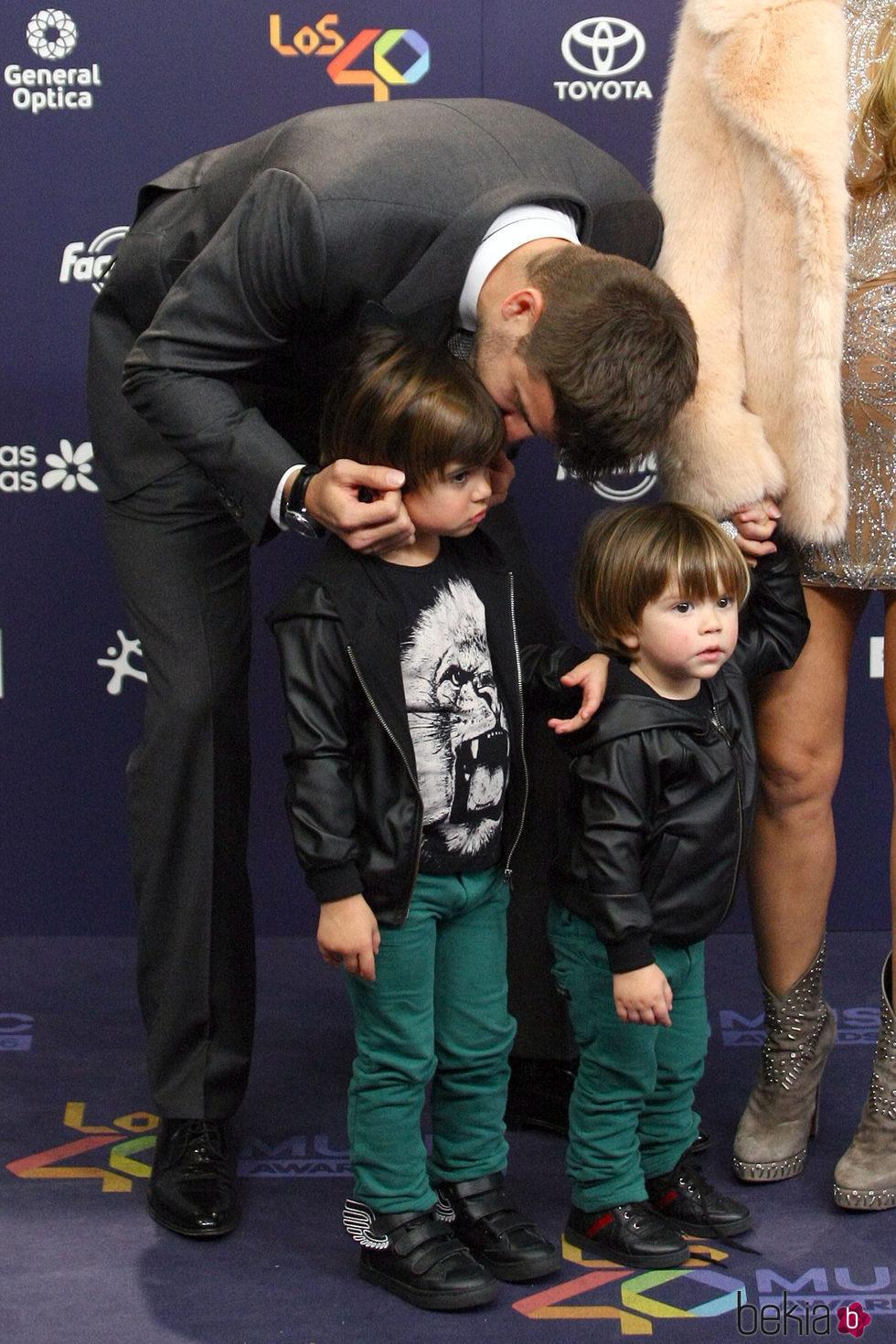 Gerard Piqué con sus hijos Milan y Sasha en Los40 Music Awards 2016
